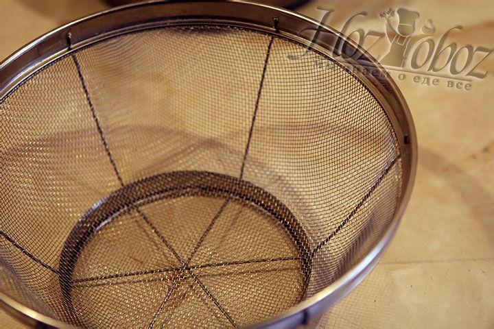 Формой для творожной пасхи лучше всего послужит сито с сферической формой