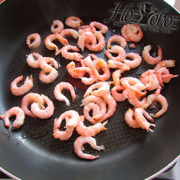 Почищенные креветки выкладываем в отдельную сковороду для жарки