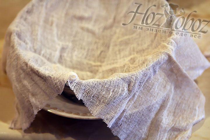 Прежде чем вылить тесто в форму (сито) застелите его марлей в два слоя