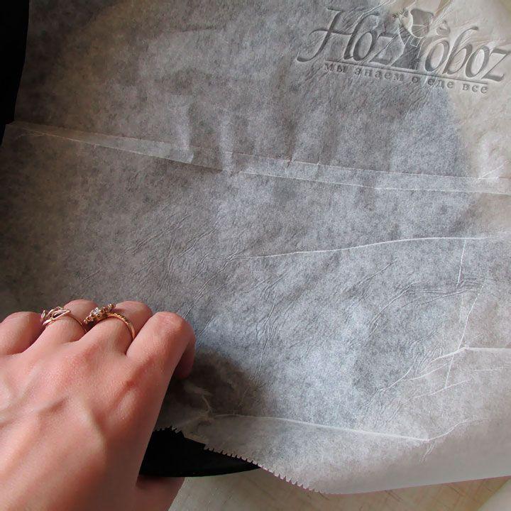 Форму для выпекания необходимо застелить пергаментной бумагой