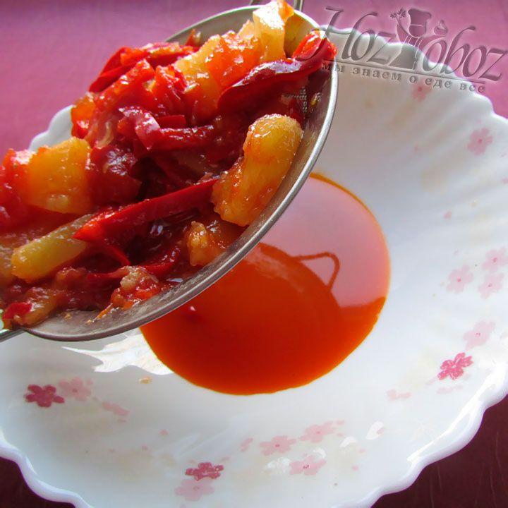 Соус для креветок выливаем через сито вместе с овощами в глубокую тарелку