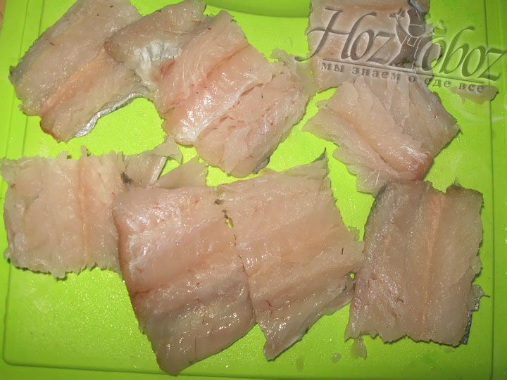 Готовое рыбное филе разделяем на равные по размеру кусочки
