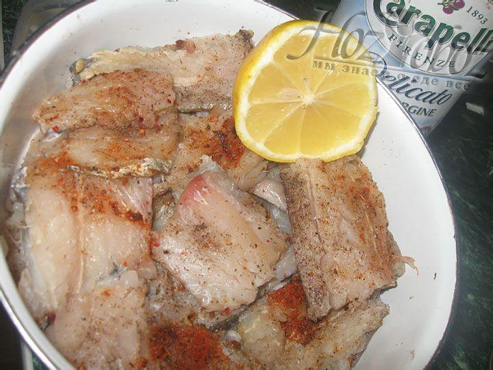 Для маринада смешиваем соль, перец, рыбные специи и свежий сок лимона. Маринуем рыбу не менее 30 минут