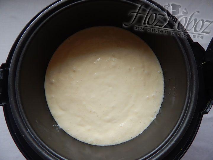 Выкладываем тесто в смазанную сливочным маслом форму мультиварки и помещаем запеканку в режим «Выпечка» примерно на 60 минут. Когда запеканка испечется, ее следует оставить внутри еще минут на 40