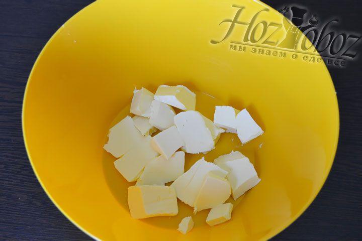 Пришло время приготовить тесто. Нарежьте кусочками масло