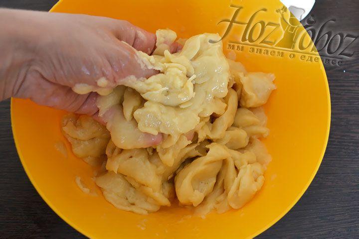 В наше тесто вводим яйца, только по одному и вручную!! перемешиваем