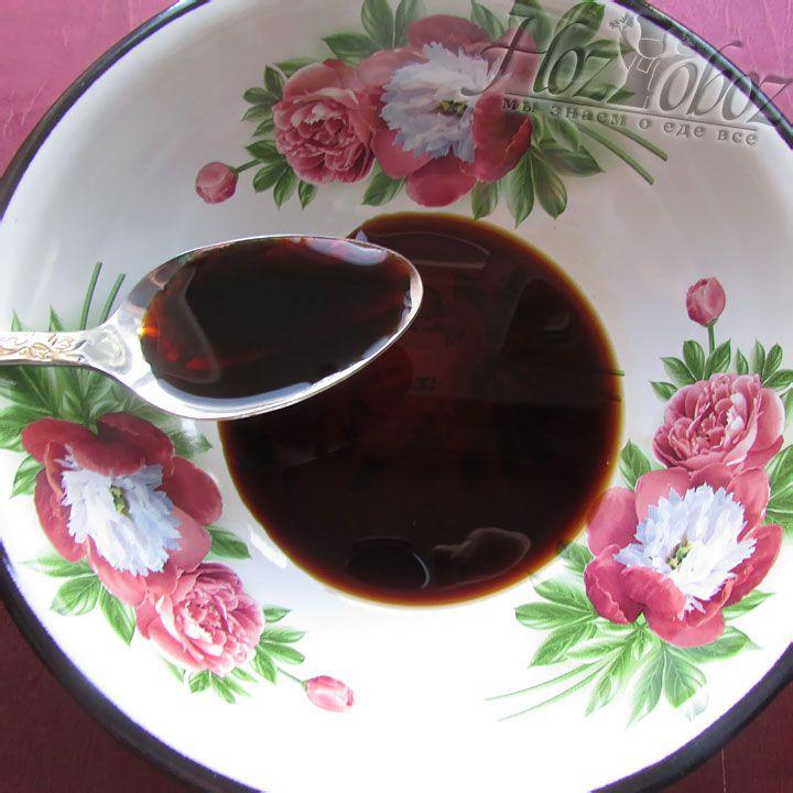 Для начала подготовим маринад, выливаем соевый соус в миску