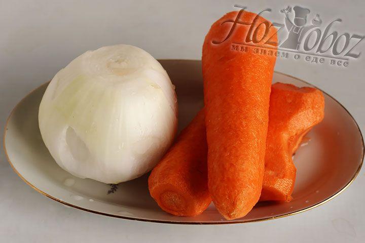 Морковь и репчатый лук помоем и почистим