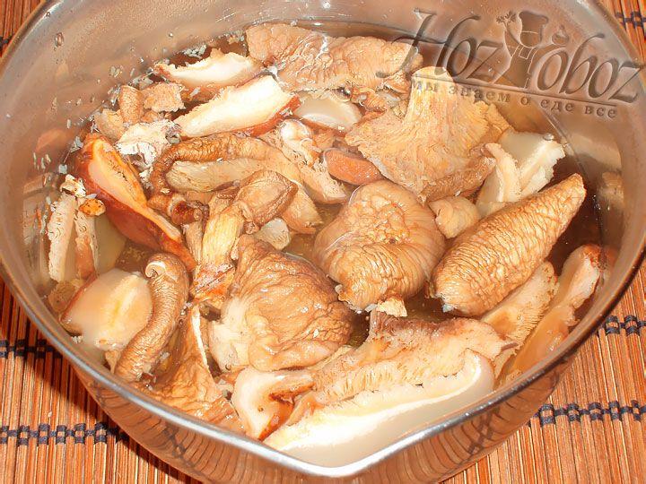 Для начала залейте грибы кипятком примерно на 30 минут