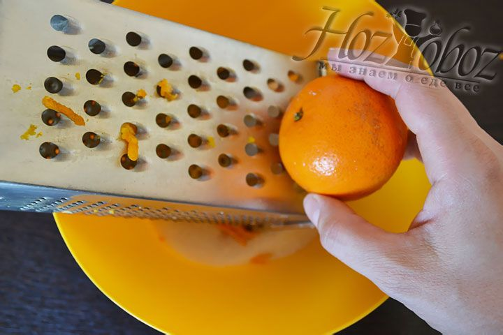 На терке натираем цедру мандарина, добавляя ее в сахар примерно 3 штуки