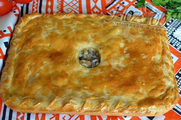 """Когда раскатывали тесто, мы сделали по середине листа вырез """"кругляш"""", чтобы смотреть как готовиться пирог"""