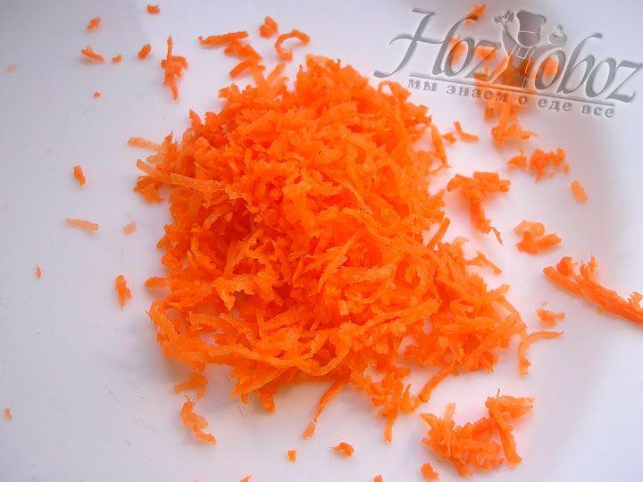 На мелкую терку измельчаем морковь