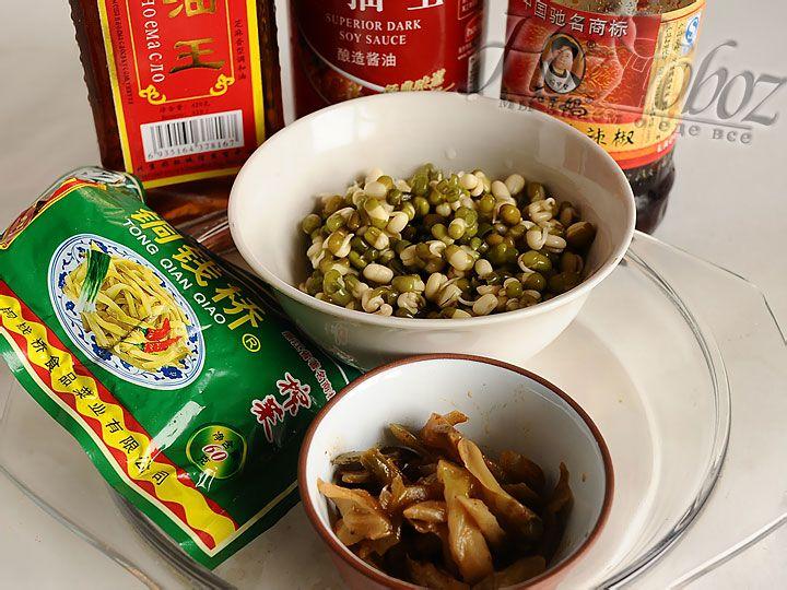 В классическом варианте для этого салата используется маринованная редька, кунжутное масло и соевый соус, однако, кроме соевого соуса остальные составляющие вполне можно заменить на маринованные зеленные помидоры и нерафинировнаное растительное масло