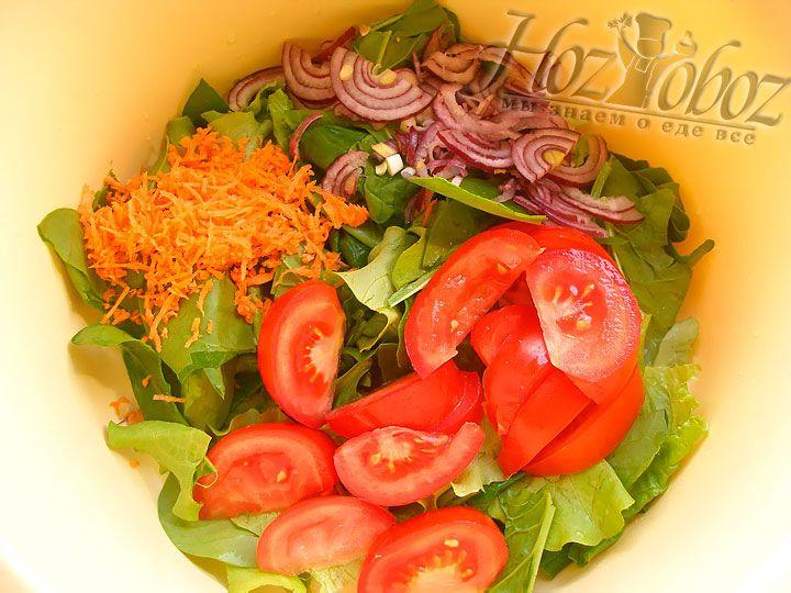 В общую миску с салатом кладем помидоры, лук, морковь