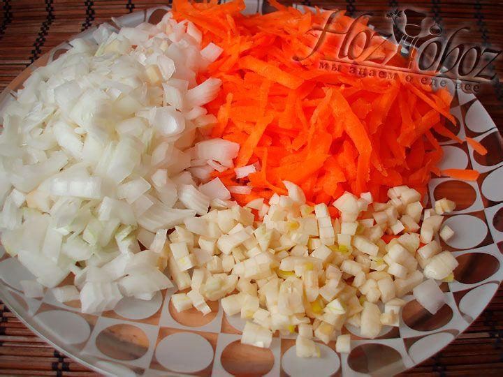 Моем овощи, измельчаем лук и чеснок. Морковь нарезаем соломкой