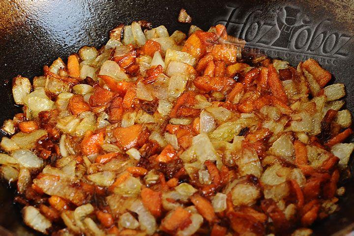 В сковороду вок либо казан смешиваем разные растительные масла и разогреваем на сильном огне. Теперь уменьшаем огонь, высыпаем морковь с луком и жарим до золотистого цвета. Не уходите далеко, постоянно помешивайте