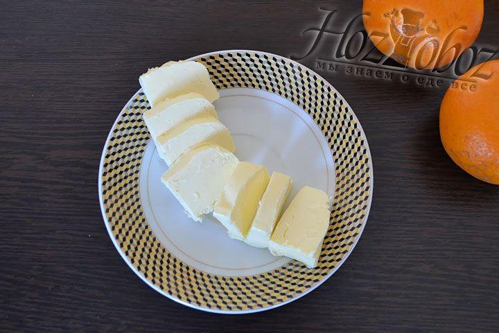 Сливочное масло, самое лучшее которое вы можете купить, следует нарезать на прямоугольные кусочки и дать ему размякнуть