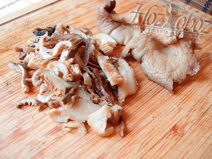 Пришло время взяться за замоченные грибы. Отожмите их и мелко нарежьте, а грибной бульон отставьте пока в сторону