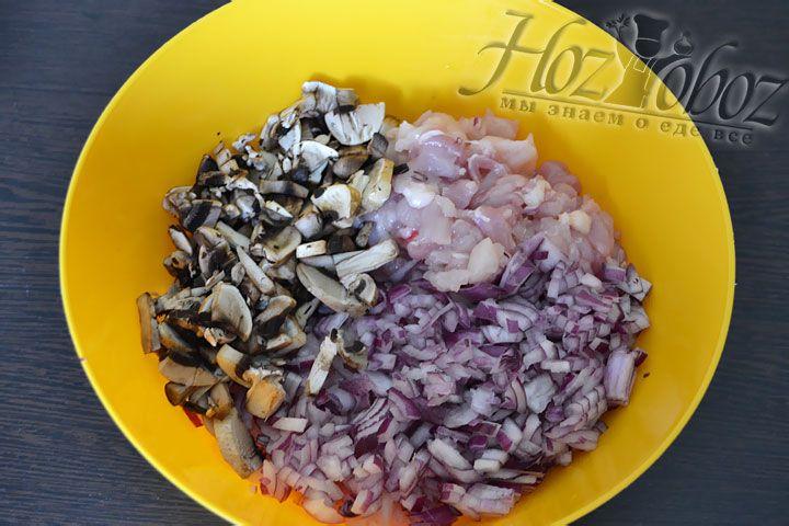 Теперь смешаем лук, грибы и мясо