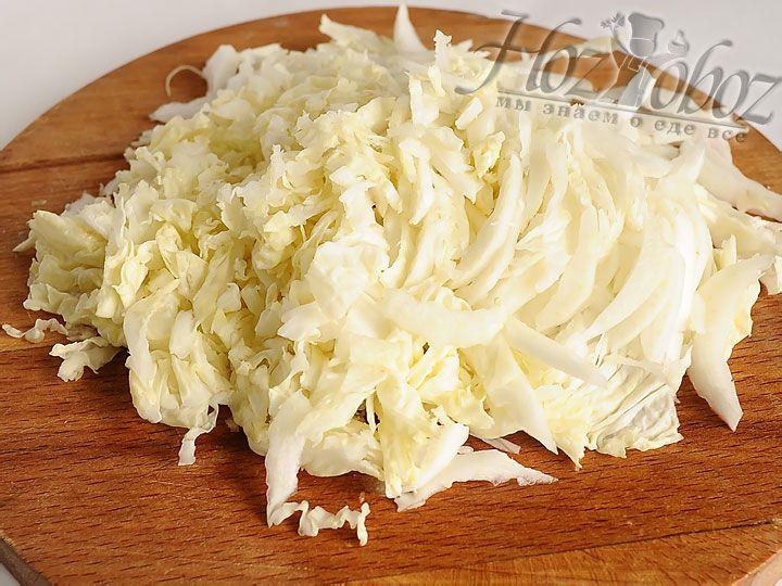 Шинкуем пекинскую капусту, солим и разминаем ее руками