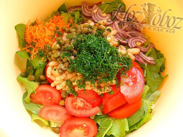 Мелко нарезаем укроп, и добавляем к салату