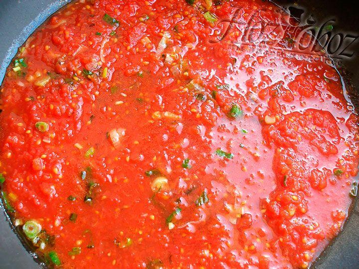 Смешаем получившееся томатное пюре с луком
