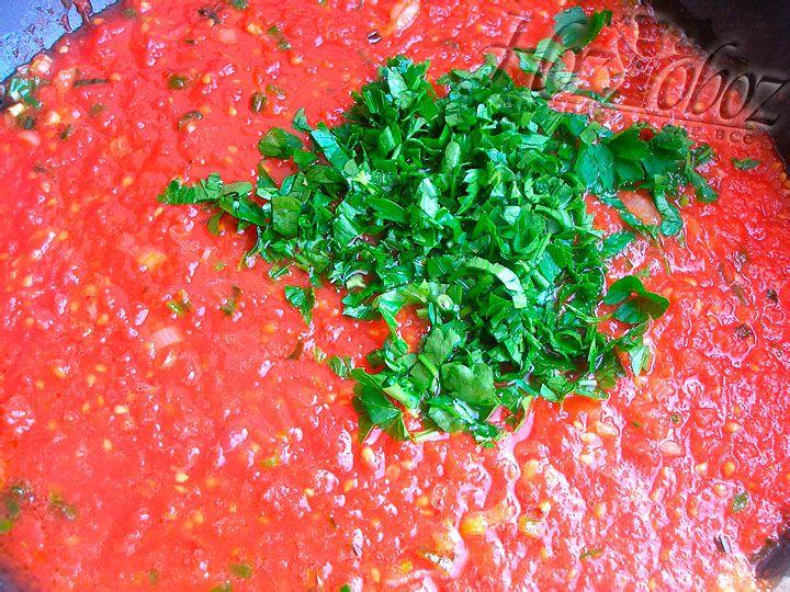 Осталось добавить петрушку к соусу и потушить еще примерно 10 минут