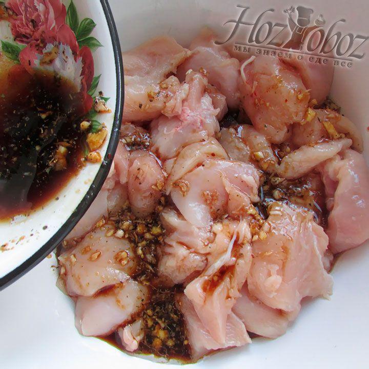 Залейте нарезанные куски мяса приготовленным маринадом