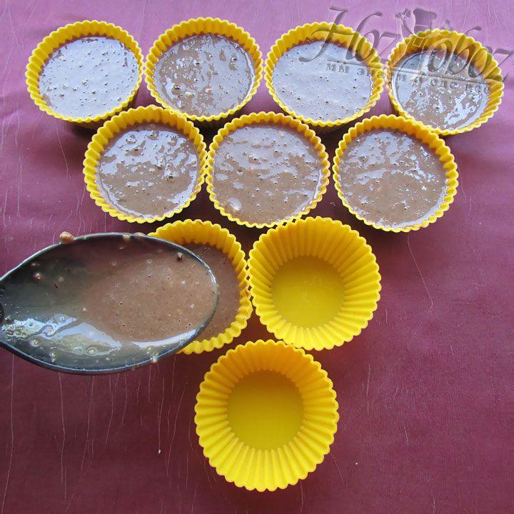 ХозОбоз будет использовать силиконовые формы для выпекания кекса в микроволновке. Заливаем тесто, оставляя 1 см от края так как тесто поднимется
