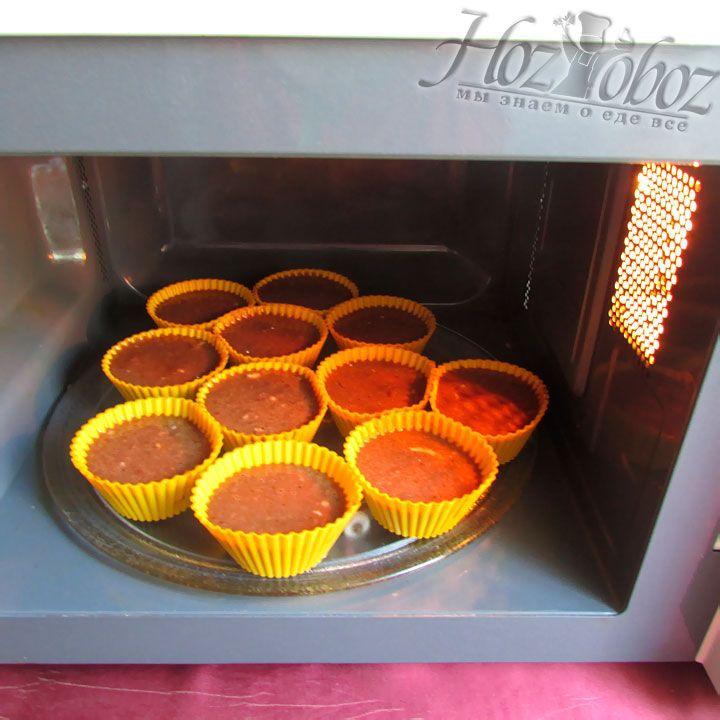 Отправляем кексы в микроволновку примерно на 6 минут. Спустя это время проткните десерт спичкой, если теста на спичке не осталось значит кекс готов