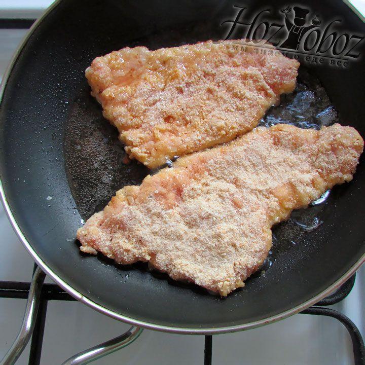 Выкладывайте мясо на хорошо разогретую сковороду