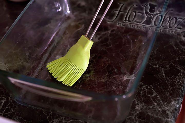 Форму для выпечки необходимо смазать растительным маслом