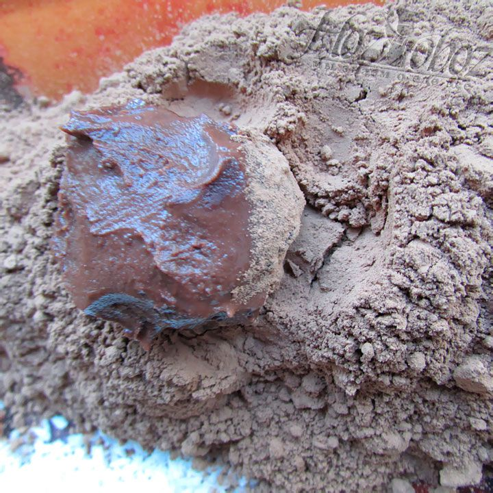 Обмакивая шарики, следите что бы они покрылись какао со всех сторон, везде