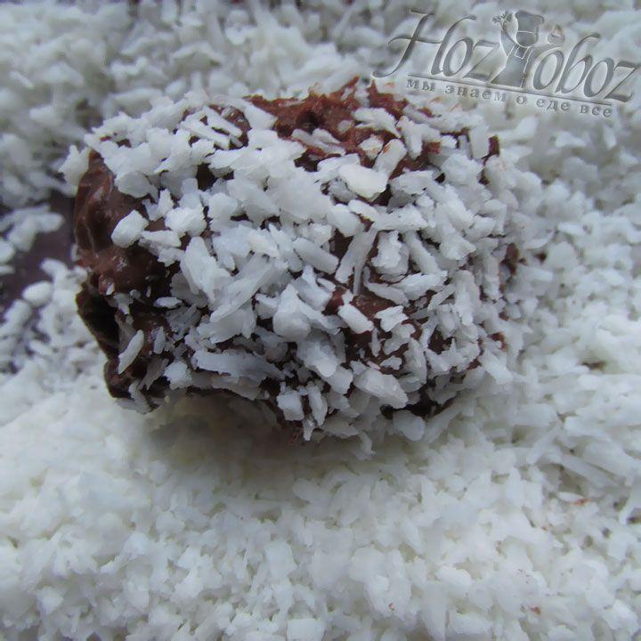 Теперь катаем шоколадные шарики в кокосовой стружке