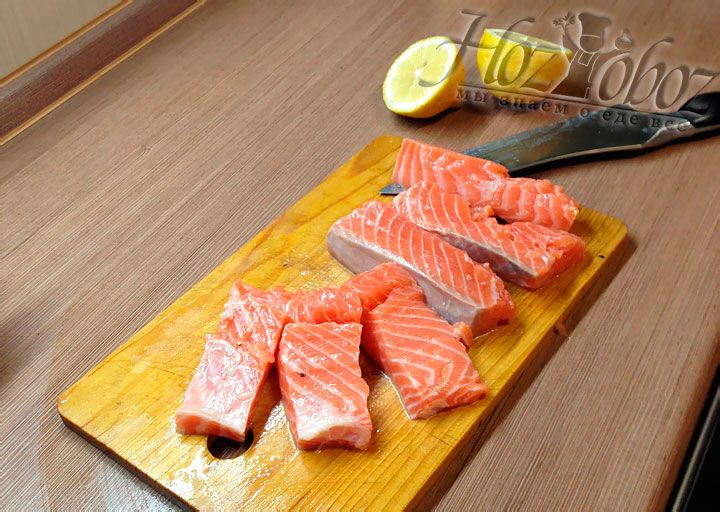 Than place the fish on a cutting board and divide into pieces about 4-5 cm wide