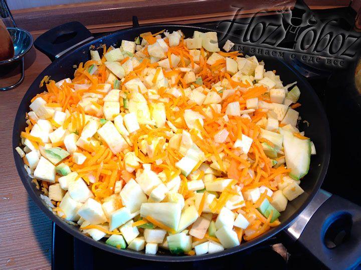 В хорошенько обжаренную морковь с луком следует добавить кабачки, а затем накрыть крышкой и тушить примерно 10 минут