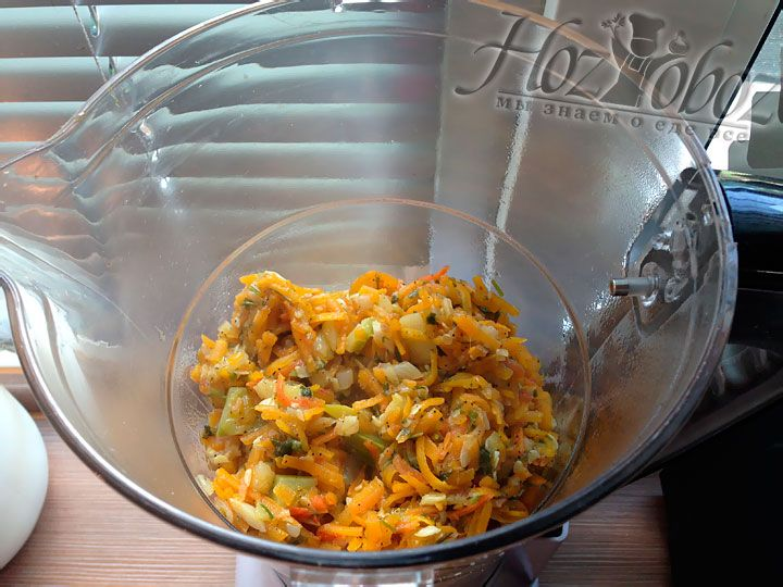 Готовые ингредиенты помещаем в блендер и измельчаем до состояния густой каши без кусочков. Потом перекладываем икру в кастрюлю и кипятим на маленьком огне около 5 минут