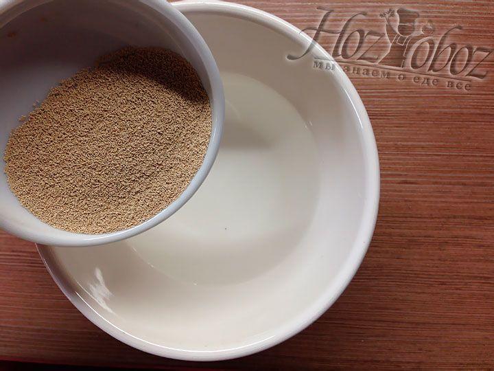 В стакане теплой воды разводим сухие дрожжи с солью и сахаром и оставляем на 15 минут настояться