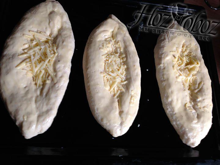 На смазанный растительным маслом противень помещаем хачапури, предварительно скрепив края и придав им форму лодочки