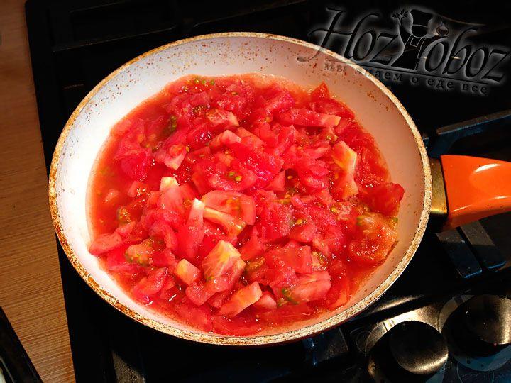 Очищенные томаты режем и тушим на сковородке около 20 минут пока соус не загустеет