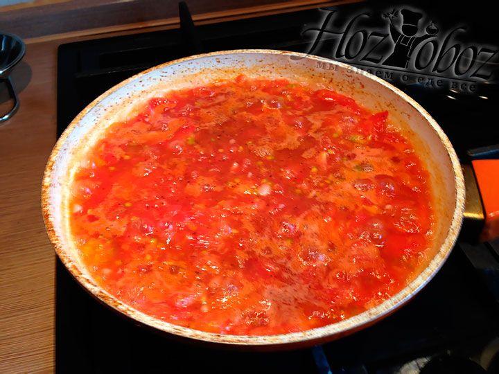 Добавляем в томатный соус специи и соль и тушим еще 10 минут