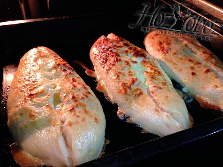 Перед выпечкой смазываем хачапури смесью желтков и сливок и помещаем в духовку разогретую до 220 градусов примерно на 13 минут