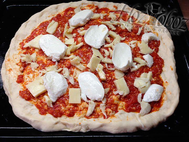 На томатный соус помещаем нарезанный пластинками сыр