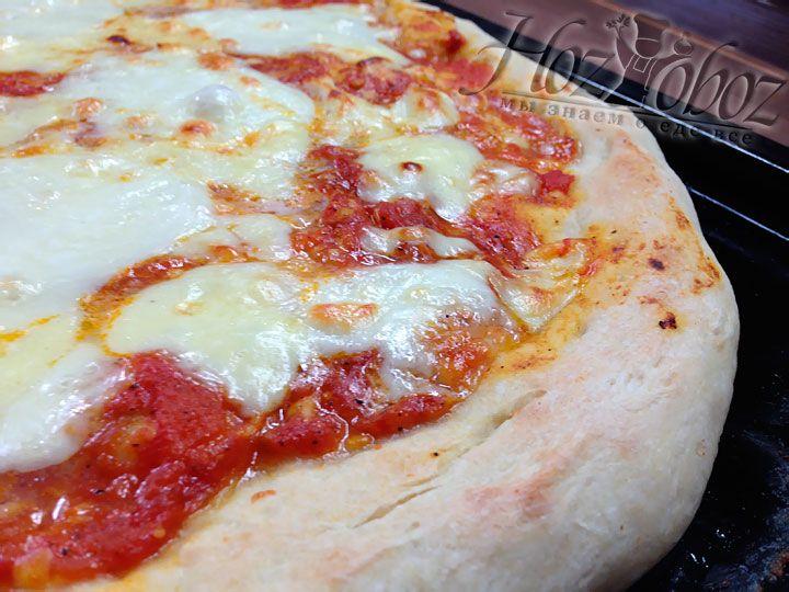 После выпекания пицца должна постоять при комнатной температуре около 7 минут, а затем ее можно подавать к столу со свежим базиликом или без него