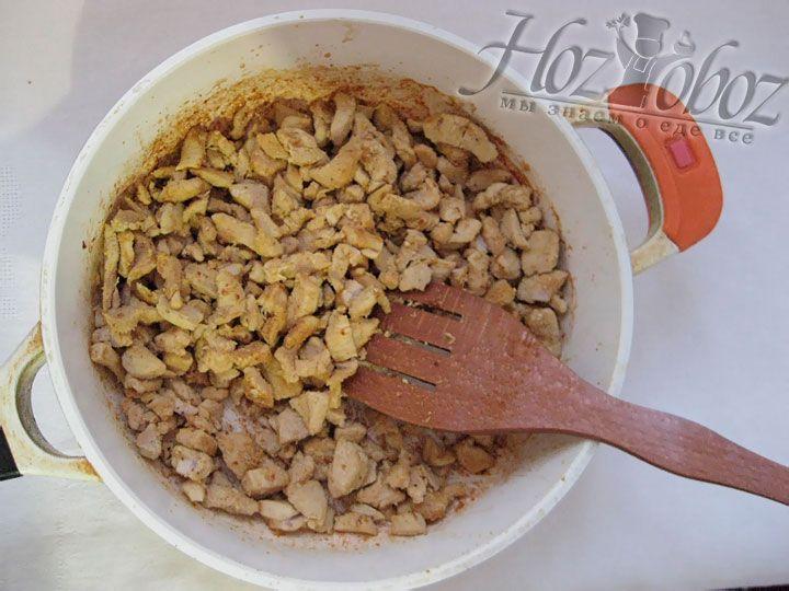 На разогретую сковороду выкладываем мясо, добавим карри и жарим до золотистого цвета