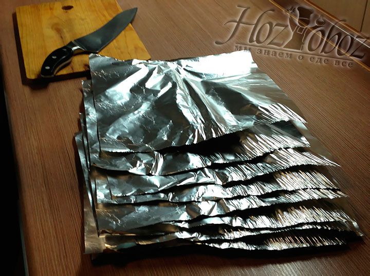 Put the fish aside and prepare the foil. To do this, take a roll of foil and tear as many pieces as you need to wrap each piece of fish separately