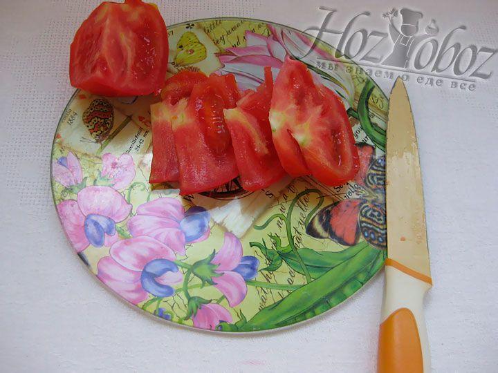Также режем помидоры тонкими пластинками