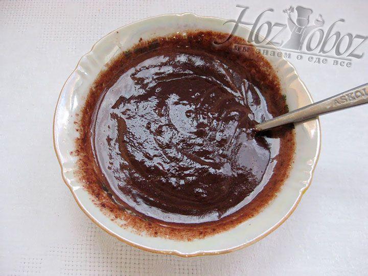 Теперь делаем глазурь. Надо растопить шоколад на водяной бане, потом добавляем молоко и сливочное масло