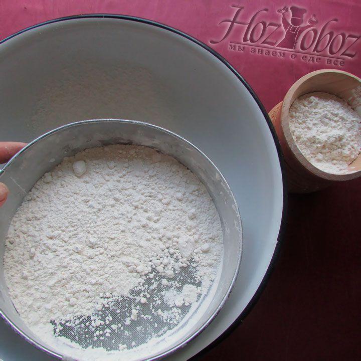 Для начала просеиваем пшеничную муку