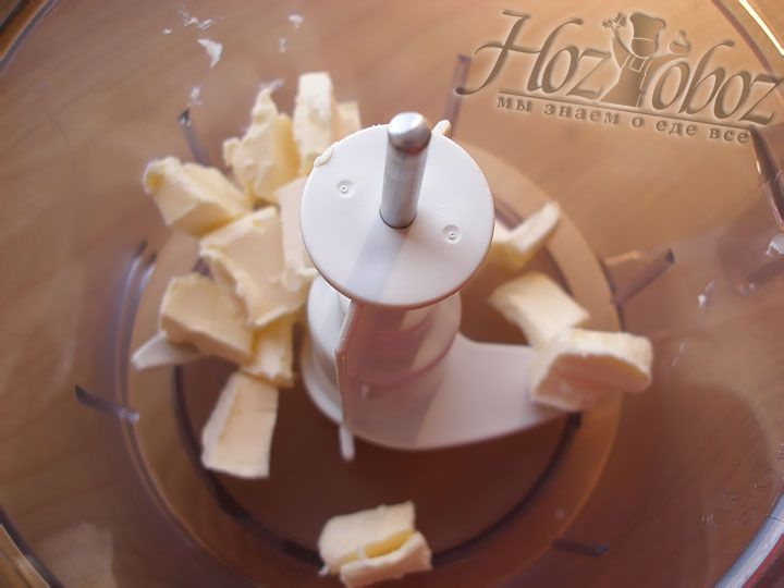Мягкое сливочное масло отправляем в чашу комбайна или миску